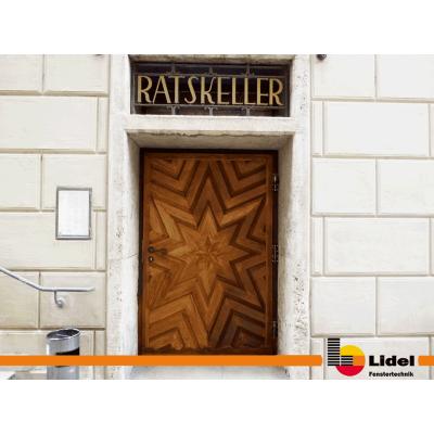 Sanierte Rathaus-Tür