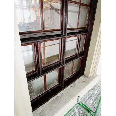 Frisch saniertes Fenster der Rathaus Fasse