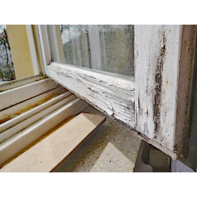 Verwitterter Fensterflügel